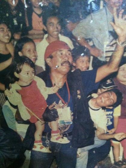 Tata Saraila menggendong cucunya (foto koleksi pribadi Tata Saraila dari @ramabizkid)